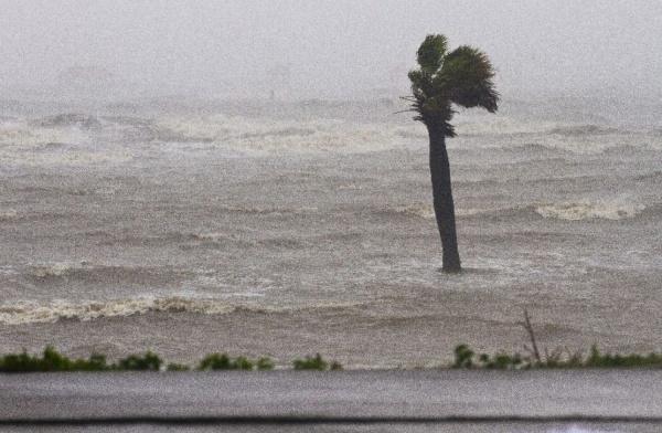 Шторм «Артур» бушующий у побережья США усилился до уровня урагана
