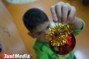 Екатеринбуржцы помогают Деду Морозу собрать подарки детишкам из Луганска