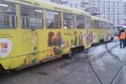В центре Екатеринбурга трамвай сошел с рельсов из-за нерасчищенных путей