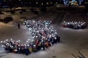 Почти 350 учащихся выстроились в букву «У», чтобы поставить памятник в Интернете всем университетам