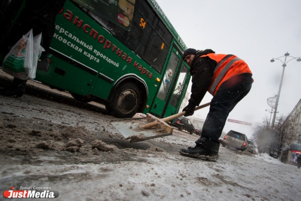 Службы благоустройства убирают снег в городе круглосуточно. Отдыхать будут в выходные