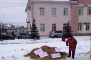 Протест с душком. Жители Арамиля вывалили машину навоза перед городской администрацией. ФОТО