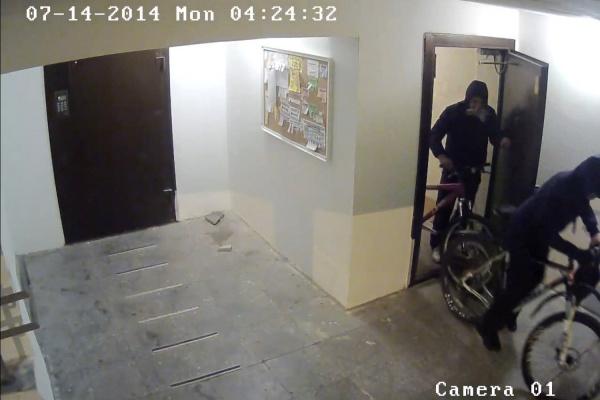Полицейские задержали в Екатеринбурге велосипедного вора и просят помощи в поиске его подельника. ФОТО