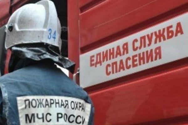 В Петербурге горит ангар с пластиковой продукцией