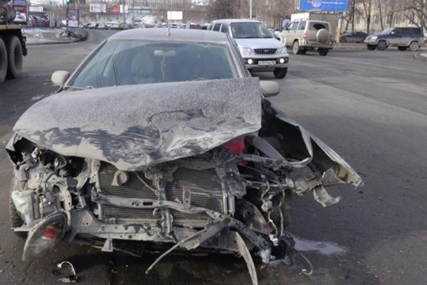 В центре Екатеринбурге иномарку отбросило на двух женщин-пешеходов