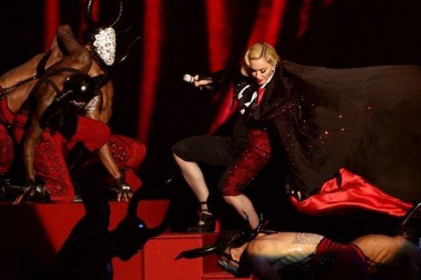Мадонна упала с лестницы во время выступления на церемонии Brit Awards