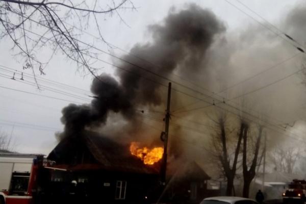 В Екатеринбурге полыхает частный дом. Очевидцы сообщают, что есть пострадавшие. ФОТО