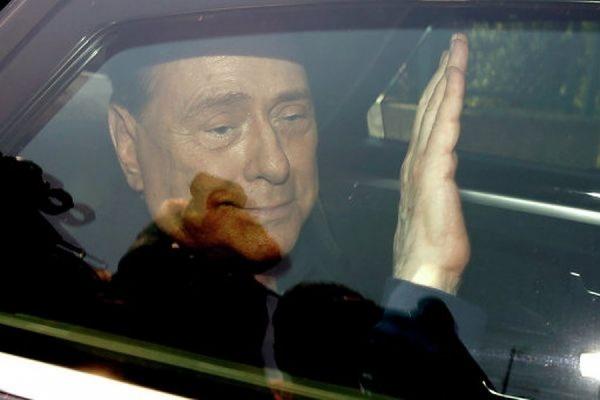 Экс-премьер Италии Берлускони неудачно вышел из машины и сломал лодыжку