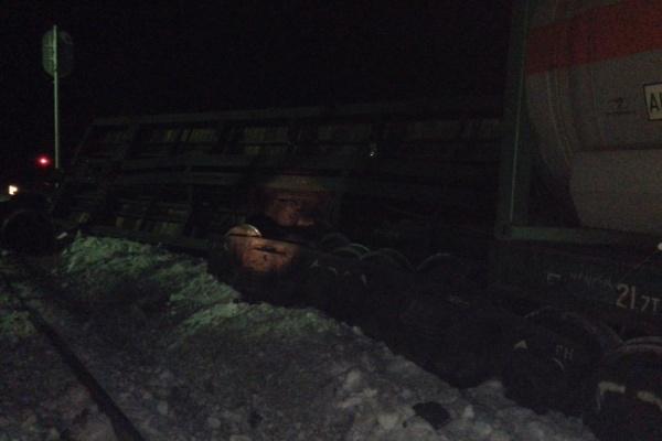 Под Ивделем сошел с рельсов грузовой поезд. Движение на железной дороге восстанавливали всю ночь. ФОТО