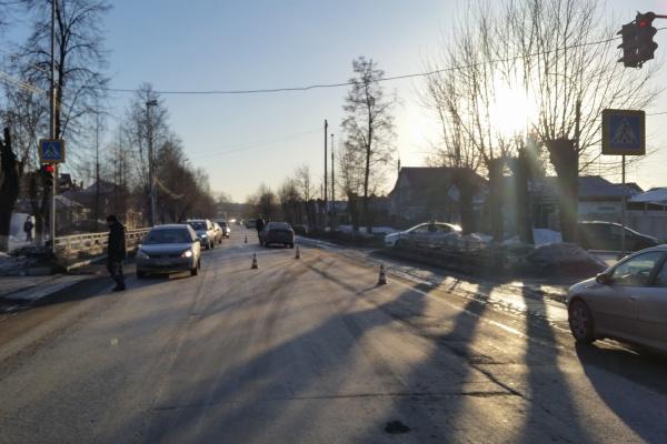 В Березовском молодой водитель не заметил светофор и сбил ребенка