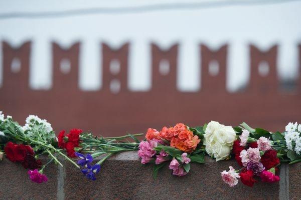 Тысячи людей пришли на панихиду по Борису Немцову в Сахаровский центр