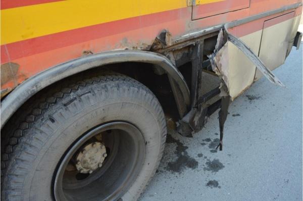 В Ревде колесо у автобуса могло взорваться из-за прокола металлическим прутом