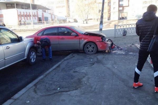 В Заречном произошло массовое ДТП. Два автомобиля вылетели на тротуар