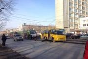 В центре Екатеринбурга маршрутка «зависла» на трамвайных путях и создала пробку