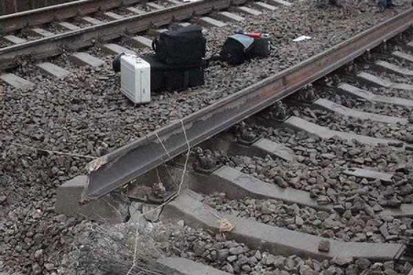 В Харьковской области под пассажирским поездом подорвали рельсы