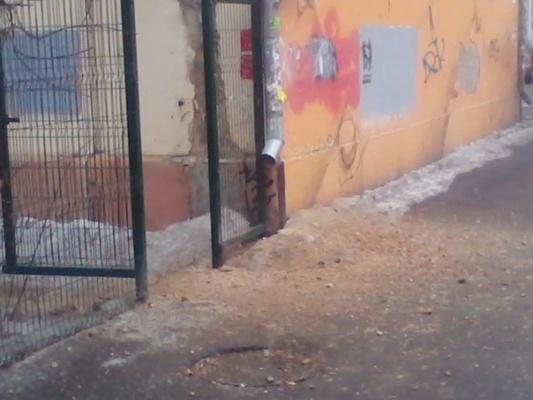 В центре Екатеринбурга у двух многоэтажек отвалилась часть облицовки фасада