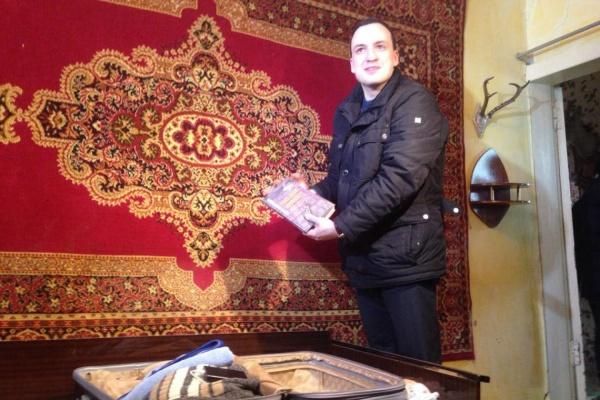 Депутат Ионин решил пристыдить свердловских чиновников и справил новоселье в серовском бараке