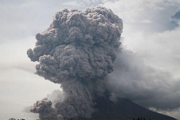 Поселок Усть-Камчатск засыпало пеплом от вулкана Шивелуч