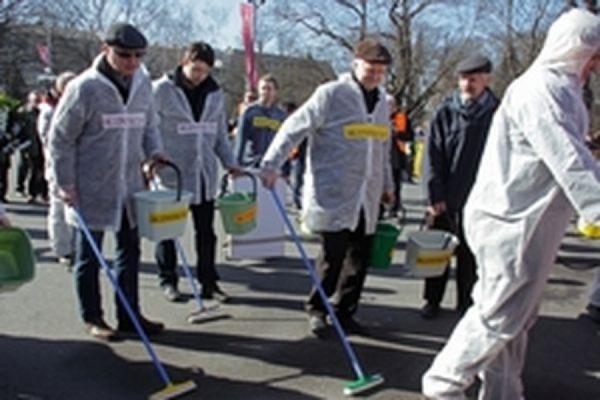 Активисты движения антифашистов вымыли площадь в Риге после шествия легионеров Ваффен СС