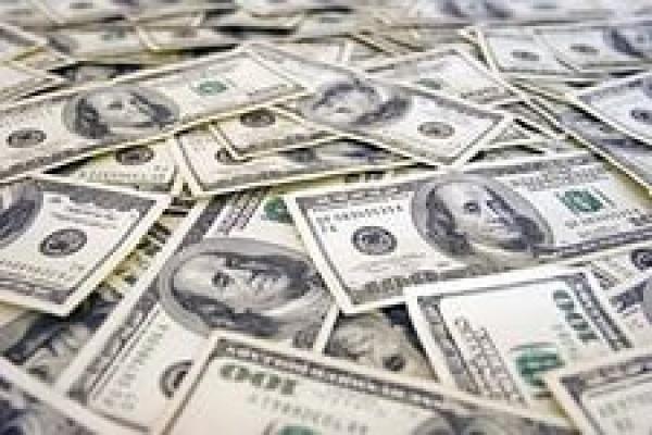 Рубль немного прибавил к доллару и евро