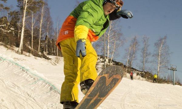 Студенты устроили массовое катание на лыжах и сноубордах