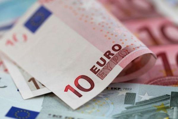 Биржевой курс евро впервые с декабря упал ниже 64 рублей