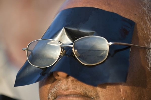 Специалисты призывают не наблюдать за солнечным затмением в темных очках