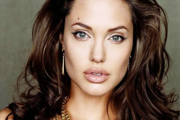Актрисе Анджелине Джоли удалили яичники из-за риска заболевания раком