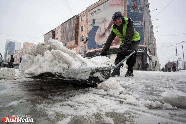 Коммунальщики вывезли с дороги и тротуаров Екатеринбурга почти весь снег