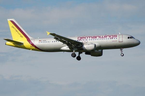 Один из пилотов разбившегося самолета Airbus А320 покинул кабину и не смог в неё вернуться