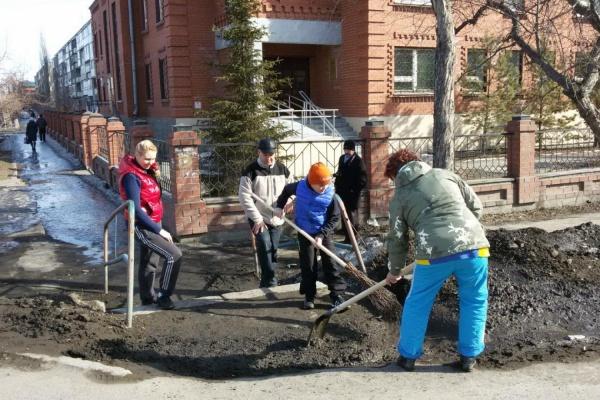 Не может администрация? Сделаем сами! Ирбитский активист вместе с горожанами очищает тротуары от грязи и луж