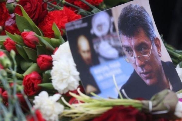 В столице неизвестные унесли цветы и фотографии с места убийства Немцова ВИДЕО