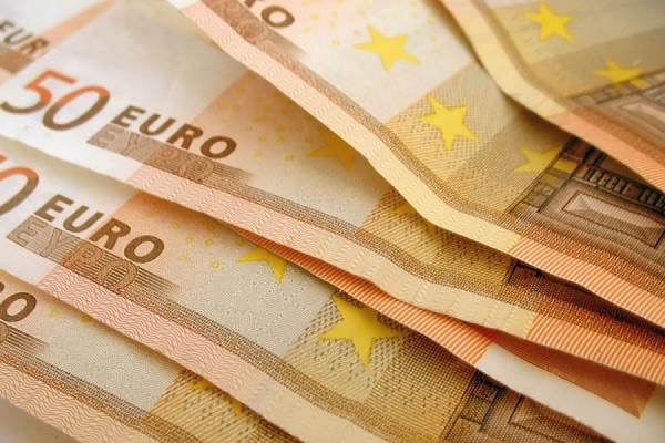 Евро снижается к доллару