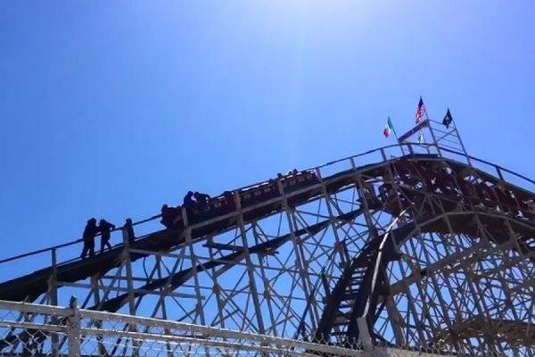 На американских горках в Нью-Йорке на высоте около 20 метров застряли около 20 посетителей