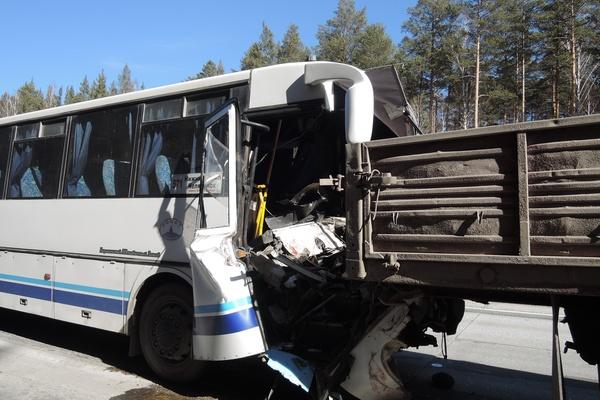В ДТП с участием автобуса и грузовика на Челябинском тракте пострадал водитель общественного транспорта