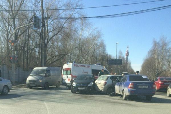 Массовое ДТП на Блюхера-Уральской: столкнулись три легковушки. ФОТО