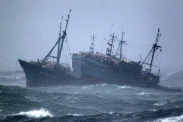 В МЧС назвали перегруз и порывистый ветер возможными причинами крушения траулера «Дальний Восток»