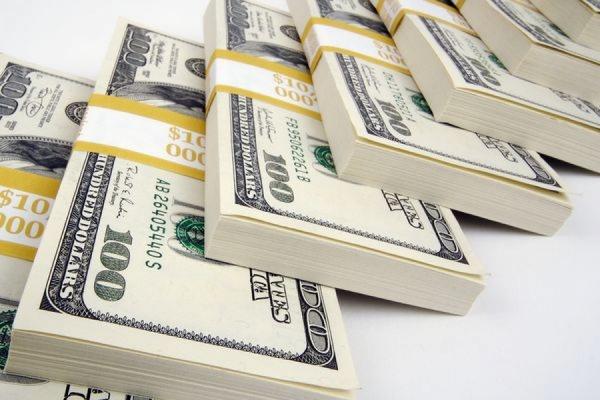 Официальный курс доллара упал ниже отметки 57 рублей