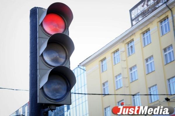 В Арамиле водитель грузовика, проехав на красный, насмерть сбил пешехода. РОЗЫСК ОЧЕВИДЦЕВ