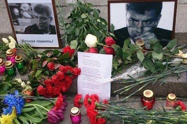В Москве на Большом Москворецком мосту прошла акция памяти Бориса Немцова
