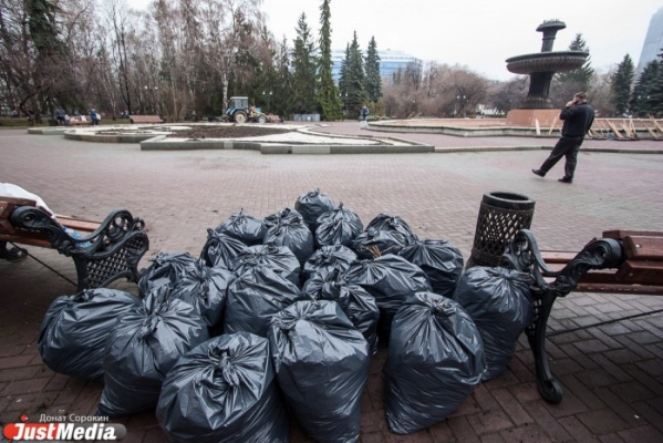 Около семисот рабочих очищают от мусора екатеринбургские газоны