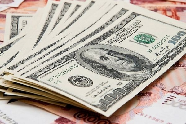 Курс доллара опустился ниже 53 рублей, курс евро – ниже 57
