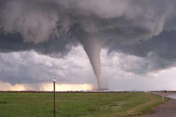 Мощный торнадо разрушил небольшой город Фэйрдэйл в штате Иллинойс