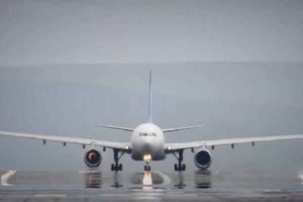 В аэропорту Стамбула у самолета при наборе скорости перед взлетом взорвался двигатель