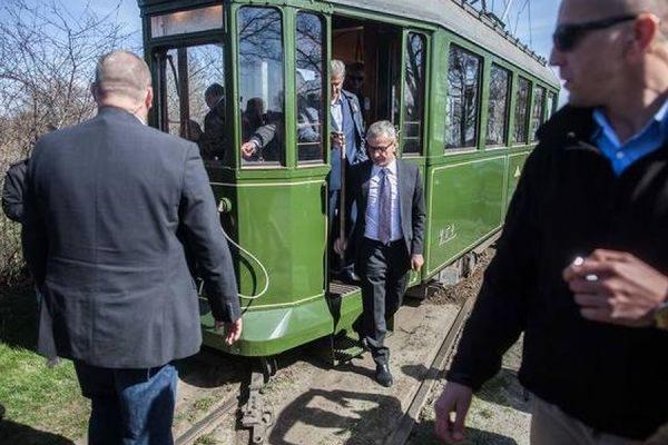 Старинный трамвай, в котором ехал президент Польши, сошел с рельсов
