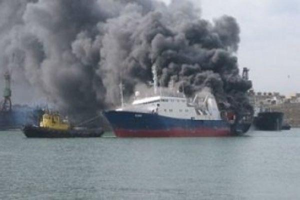 Испанские спасатели отбуксировали горящий российский траулер «Олег Найденов» в открытое море