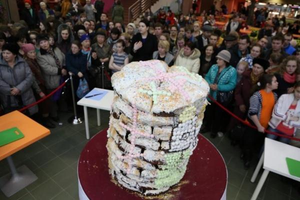 В Екатеринбурге испекли по старинному рецепту кулич весом 250 килограммов