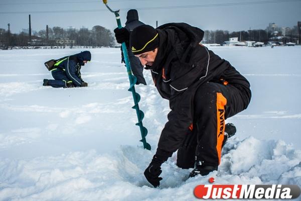 Свердловские спасатели обнаружили тело рыбака на озере под Среднеуральском