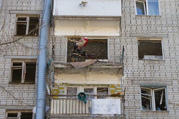 Два человека пострадали при взрыве бытового газа в многоэтажке в центре Саратова