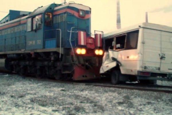 В Ленинградской области пассажирский автобус столкнулся с локомотивом, три человека погибли
